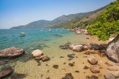 Sikt av kusten av berg och havet av? Paraty - Rio de Janeiro de Arkivbild