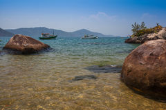 Sikt av kusten av berg och havet av Paraty - RJ Royaltyfria Bilder