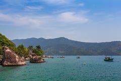Sikt av kusten av berg och havet av Paraty - RJ Arkivbild