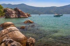 Sikt av kusten av berg och havet av Paraty - RJ Royaltyfri Fotografi