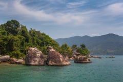 Sikt av kusten av berg och havet av Paraty - RJ Royaltyfri Foto