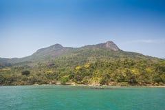 Sikt av kusten av berg och havet av Paraty - RJ Arkivbilder