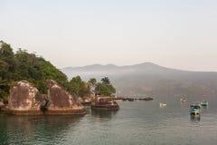Sikt av kusten av berg och havet av Paraty - RJ Royaltyfri Bild