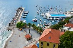 Sikt av kusten av Herceg Novi och fjärd från den forte- stoen för fästningvägg, Montenegro Arkivfoton