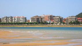 Sikt av kusten av Spanien i bakgrunden av den Santona staden Arkivbilder