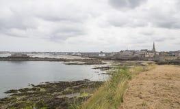 Sikt av kusten från helgonmalo Arkivfoton