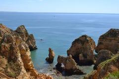 Sikt av kusten i stranden av Algarve Arkivbilder