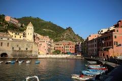 Sikt av kusten i Vernazza, Italien Cinque Terre Arkivfoton