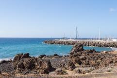 Sikt av kusten och marina av Los Abrigos i sydost av Royaltyfri Bild