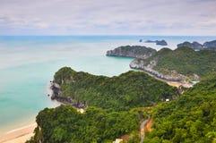 Sikt av kustlinjen av ön av Cat Ba Arkivbild