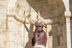 Sikt av kvinnastatyn framme, Altare della Patria, piazza Venezia, Rome Italien royaltyfri foto