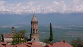 Sikt av kyrkan av den St George och Alazani dalen Signagi stock video