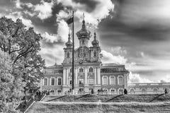 Sikt av kyrkan av den storslagna slotten i Peterhof, Ryssland Royaltyfri Bild
