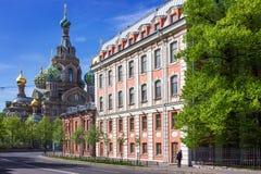 Sikt av kyrkan av frälsaren på spillt blod i St Petersburg Arkivfoto