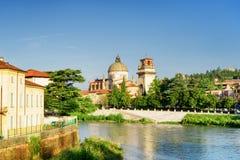 Sikt av kyrkan av San Giorgio i Braida från den Adige floden, Verona Royaltyfria Bilder