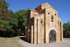 Sikt av kyrkan av San Miguel de Lillo i Oviedo Royaltyfria Foton