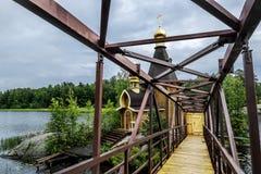 Sikt av kyrkan av St Andrew på ön på sjön Vuoks Arkivbild