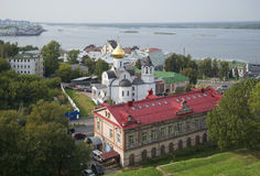 Sikt av kyrkan av symbolen av modern av guden av Kazan på bakgrunden av Volgaet River Nizhny Novgorod Fotografering för Bildbyråer