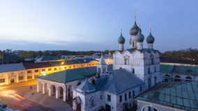 Sikt av kyrkan av vår frälsare på marknadsplatsdagen till natttimelapse i den historiska mitten av Rostov det stort lager videofilmer