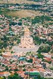 Sikt av kyrkan för domkyrka Sameba för helig Treenighet den huvudsakliga georgiska ortodoxa Arkivbilder