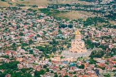 Sikt av kyrkan för domkyrka Sameba för helig Treenighet den huvudsakliga georgiska ortodoxa Arkivfoto