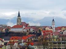 Sikt av kyrkan för St Cantianius och radbandkyrkan av Kranj, Slovenien Arkivfoton