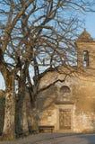 Sikt av kyrkan i Valdichiana Arkivbild