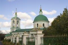 Sikt av kyrkan på sparvkullarna, Moskva Royaltyfri Foto