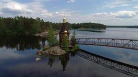 Sikt av kyrkan av St Andrew på den Vuoksa floden Leningrad region, Ryssland stock video