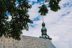 Sikt av kyrktorn med filialer på kyrkan för helgonJean Baptiste ` i Megève Arkivbild