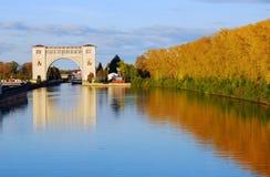 Sikt av låset på Volgaet River nära Uglich shadows den blåa långa naturen för hösten skyen Royaltyfri Fotografi