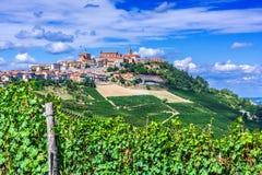 Sikt av La Morra i landskapet av Cuneo, Piedmont, Italien royaltyfria foton
