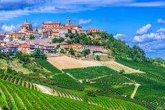 Sikt av La Morra i landskapet av Cuneo, Piedmont, Italien arkivbilder