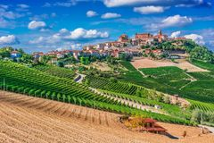 Sikt av La Morra i landskapet av Cuneo, Piedmont, Italien royaltyfria bilder