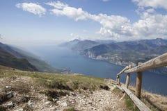 Sikt av Lago di Garda från Monte Baldo med ett trästaket Royaltyfri Bild