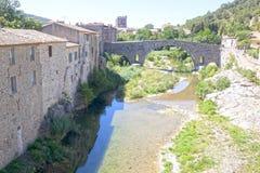 Sikt av Lagrasse, hus, bron och abbotskloster Arkivfoton