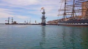 Sikt av lagun med skepp i den moderna staden stock video