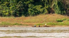 Sikt av landskapet av floden Nam Khan, Luang Prabang, Laos Kopiera utrymme för text Royaltyfri Bild