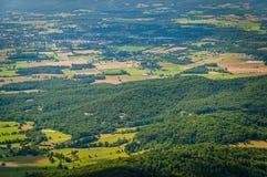 Sikt av lantgårdar och kullar i Shenandoahet Valley från horisontDr arkivfoto
