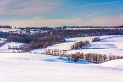 Sikt av lantgårdar och snö-täckte Rolling Hills i den lantliga York räkningen royaltyfri bild