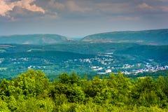 Sikt av Lehigh Gap från flaggstångberget, Pennsylvania fotografering för bildbyråer