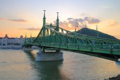 Sikt av Liberty Bridge i Budapest på solnedgången Royaltyfria Bilder