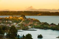 Sikt av lilla staden av Puerto Octay på kusterna av Llanquihue sjön i sydliga Chile royaltyfri fotografi
