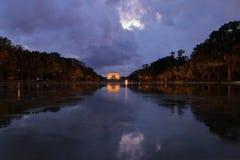 Sikt av Lincoln Memorial och dess reflexion i reflexionspöl på natten med dramatisk himmel arkivfoto