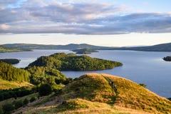 Sikt av Loch Lomond från den koniska kullen Arkivfoto