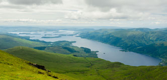 Sikt av Loch Lomond uppifrån av Ben Lomond i en solig dag Fotografering för Bildbyråer