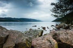 Sikt av Loch Ness sjön i Skottland, molnigt dramatiskt ljus Arkivfoton