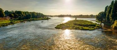 Sikt av Loiren på solnedgången i Amboise, Frankrike royaltyfri fotografi