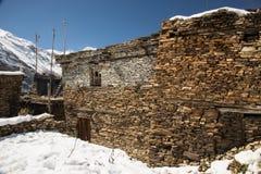 Sikt av lokal stenig byggnad i den övrePisang byn på den trekking rutten för Annapurna strömkrets, Manang område, Nepal royaltyfria bilder