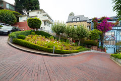 Sikt av Lombardgatan, den mest crookedest gatan i världen, San Francisco, Kalifornien Royaltyfri Fotografi